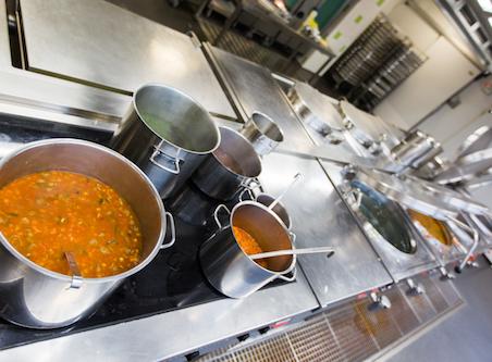fornuis en aanrecht met pannen in de keuken