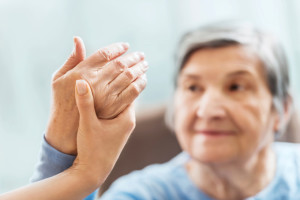 vrouw krijgt fysiotherapie